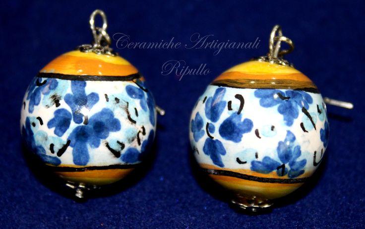 Orecchini in ceramica, realizzati a mano, decorati con i decori delle ceramiche di Caltagirone. www.ceramicheripullo.com