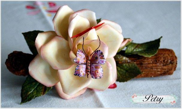 Rosa blanca y mariposa de maicena. www.petry.es