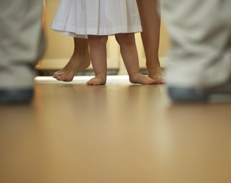 I primi passi del tuo bimbo sono una tappa importante della sua crescita, occorre evitare di mettergli fretta o volerlo spingere a farlo se lui non se la sente; arriverà in maniera naturale il momento nel quale lo vedrai vagare per tutta la casa e..ti seguirà ovunque! Il tuo bimbo a che mese ha iniziato a camminare? Scrivilo qui nei commenti. http://www.iobimbosardegna.com/mamme-bambini/cura-e-alimentazione/primi-passi-del-bimbo-iniziare-a-camminare-non-e-una-sfida-a-chi-fa-prima/