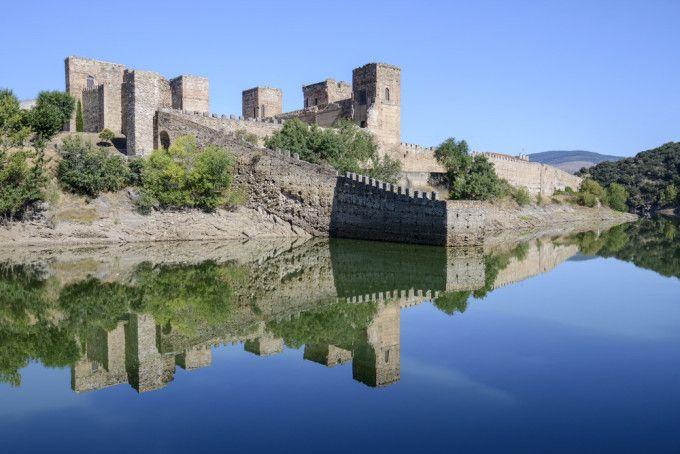 CASTLES OF SPAIN - Castillo de Buitrago del Lozoya, Madrid. Construido en el siglo XV, sobre una fortaleza anterior de origen musulmán. El castillo quedó vinculado desde la conquista de Buitrago (1085), con la poderosa familia de los Mendoza. El edificio actual, fue levantadoa instancias de Diego Hurtado de Mendoza y Luna,  heredero del título de Duque del Infantado. ( Juana la Beltraneja residió en este castillo ).