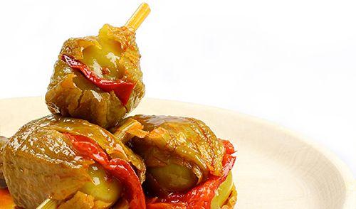 Berenjena de Almagro embuchada. En esta preparación tradicional, se embuchan con un trozo de pimiento rojo, sujetado por un tallo de hinojo. Corazón grande, de textura suave, jugoso y sabroso, absorbe muy bien el aliño que le da su característico sabor.  http://www.porprincipio.com/conservas-vegetales/15-berenjena-de-almagro-embuchada-conservas-calzado.html#
