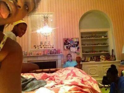 Sasha obama in her white house bedroom | Malia and Sasha ...