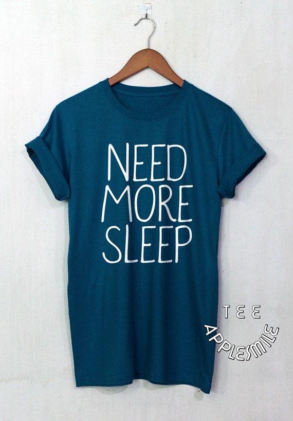 Brauchen Sie mehr schlafen hemd hübsch zitieren von AppleSmileTee