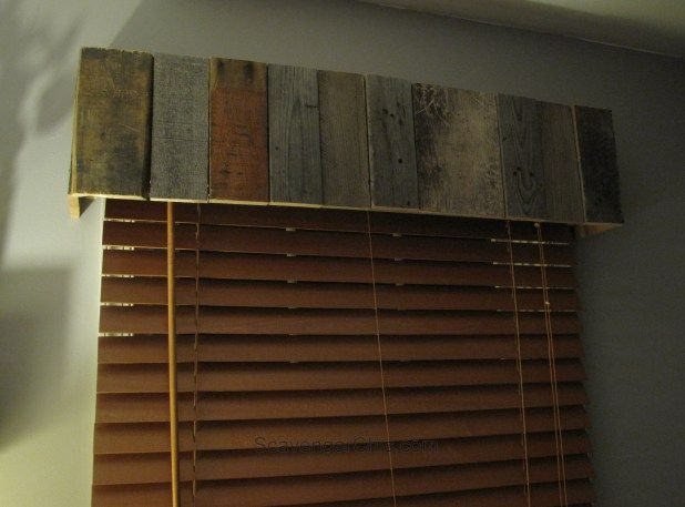 Easy pallet wood valence diy privacy please window for Maquilleuse meuble