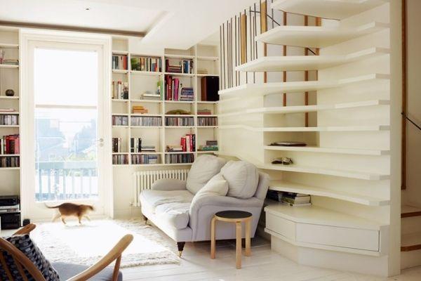 Открытые полки в дизайне гостиной