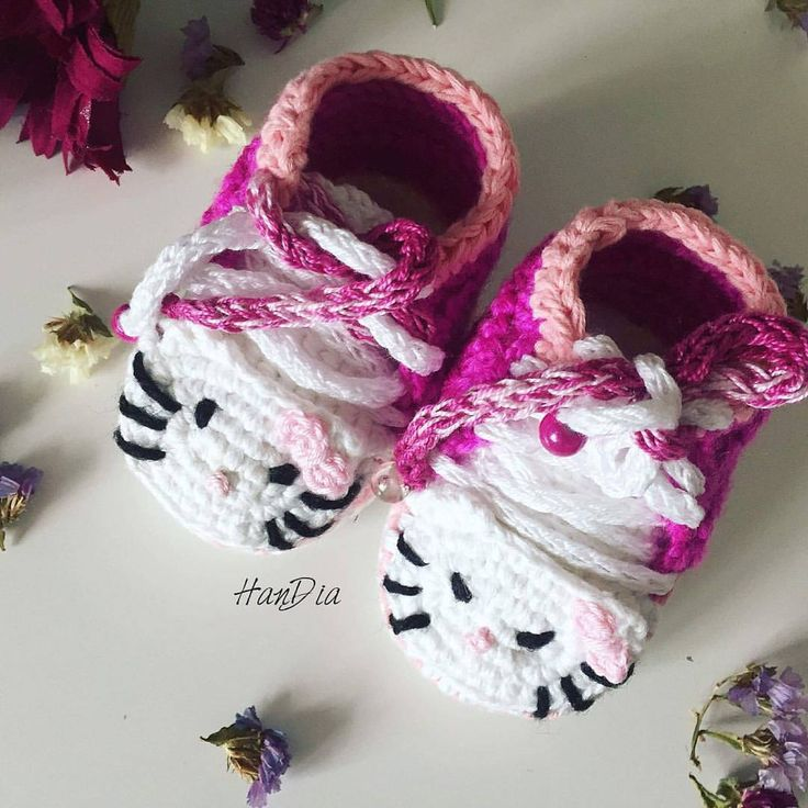 Botosei bebe crosetati Hello Kitty | Crosetate Bucuresti #botosei #ideecadou #crosetate #crosetatebucuresti #hellokitty #crochet #crocheted #booties #crochetedbooties #botosei #forbabies #babyfashion #crocheting #handiamade #handia