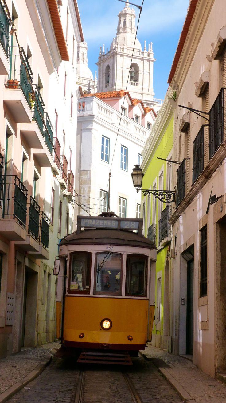 O bonde de Lisboa nas ruas apertadas do centro antigo!