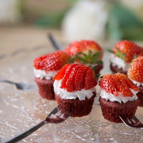 Dat is nog eens smullen: aardbeien in combinatie met een Red Velvet  cake! Deze Red Velvet pops hebben we niet op een stokje gemaakt, maar presenteren we een keer op een andere manier, namelijk op een vorkje!