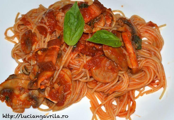 Capellini cu sos de roșii, ciuperci și costiță afumată