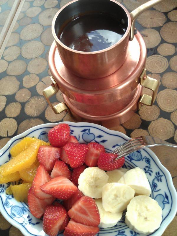 Čokoládové fondue - čokoláda Valrhona, ovoce dle aktuální nabídky   Čestr