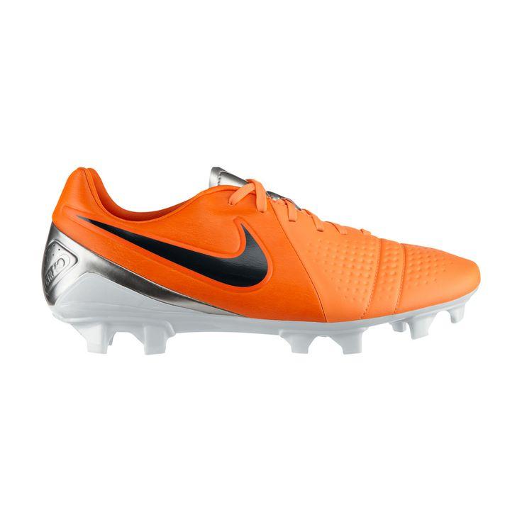Το νέο ποδοσφαιρικό παπούτσι της Nike σε εντυπωσιακό πορτοκαλί χρώμα με ασημένιες λεπτομέρειες, ειδικό για φυσικό χλοοτάπητα. Το ασύμμετρο σύστημα ραφής στο μπροστινό μέρος του παπουτσιού βελτιώνει τον έλεγχο και το κοντρόλ της μπάλας. Ένα πολύ ελαφρύ παπούτσι, με εσωτερική σόλα τεχνολογίας EVA, που προσφέρει άνεση και απορρόφηση των κραδασμών.