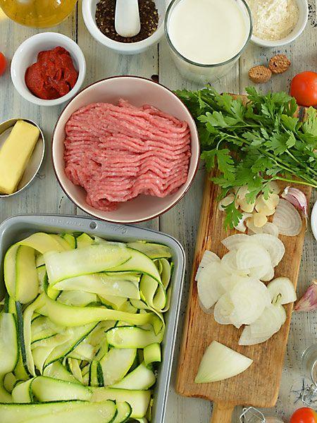 Tym razem lazania (lasagne) bez makaronu, ale za to z dużą ilością mięciutkiej i smakowitej cukinii. Czego tu jeszcze nie ma? Prawie nie ma mąki - dodajemy jej do sosu tylko łyżkę. Prawie nie ma tłuszczu - na 4 spore porcje używamy tylko łyżkę masła i dwie łyżki oleju. Nie ma wieprzowiny, bo nadzienie robimy z mięsa drobiowego.
