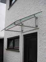 Edelstahlvordach Rom - ein Echtglas-Vordach mit Dreieck-Edelstahlträgern.