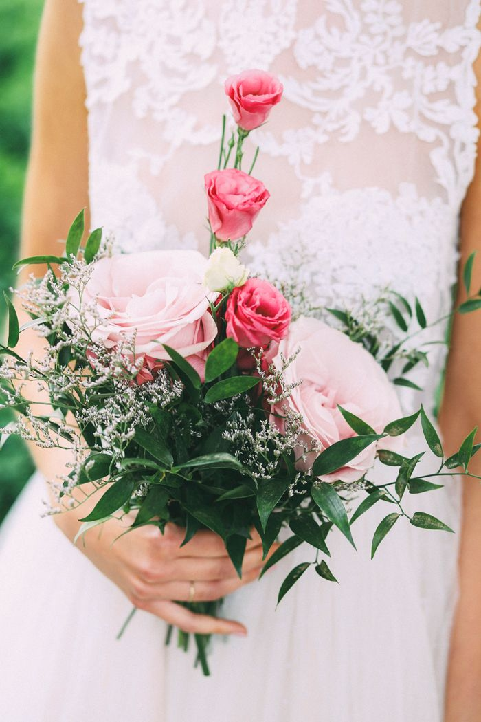 Verliebt in kurze Brautmode | Friedatheres.com Fotografin: o'dear Brautkleid und Schleier: Qaragma Haare & Make-Up: Marlen Elstner Model: Lara Lückfeldt Ohrringe: Christ Blumen: Florum Floranum