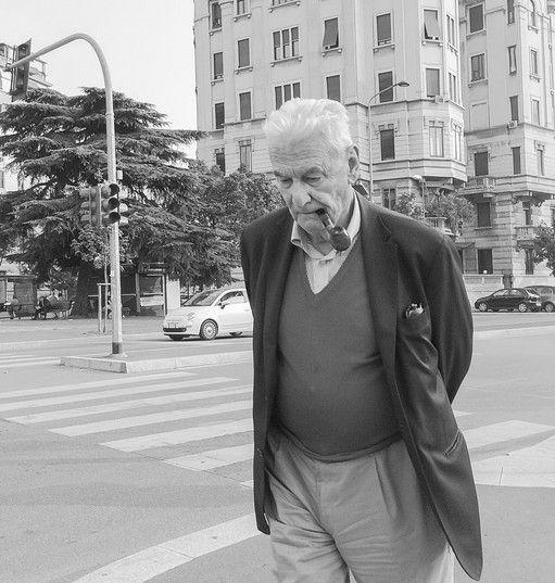 Pipe Attimi - di riflessioni (Piazza Piemonte, Milano)   Mani raccolte dietro la schiena, capo chino, sguardo basso e boccata di pipa.  #photography #photo #monochrome #blackandwhite #blancoynegro #portrait #pipe #detail #noiretblanc #milan #photography