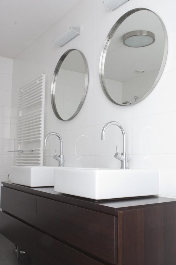 Luxe badkamer met een ligbad inloopdouche designradiator een dubbele wastafel met modern - Tot een badkamer ...