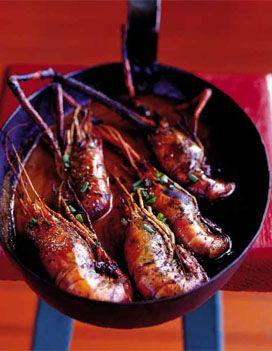 Recette Crevettes au punch : Préparez le punch. Epluchez le gingembre et mixez-le avec le sucre et le rhum. Réservez.Préparez les crevettes. Dans une grosse poêle, versez l'huile d'olive et mettez-la à chauffer sur feu vif. Salez les crevettes de chaque côté et mettez-les dans la poêle...
