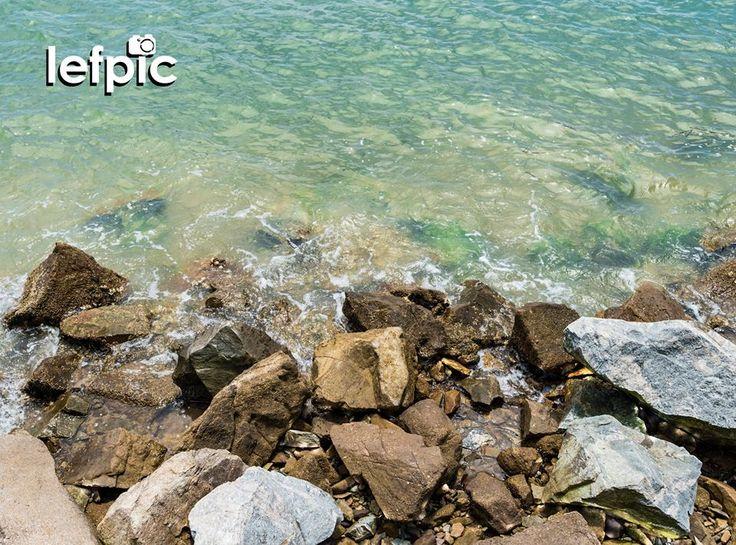 • Ponta das Pedras - Localizada no litoral sul da cidade de Florianópolis, em Santa Catarina, Brasil, a praia da Ponta das Pedras possui uma única faixa de areia que se estende entre as praias de Joaquina e Campeche. Leva essa nome por conta das formações rochosas ao longo de sua orla. Local ideal para quem busca uma bela paisagem aliada a tranquilidade característica da região. 📷 by Leandro Floriano  Download da imagem na #Shutterstock: https://www.shutterstock.com/pic-560658493