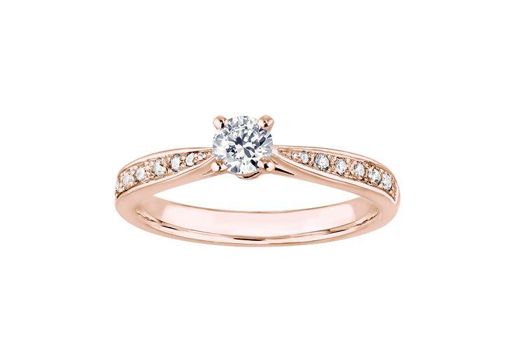 Un solitaire classique et incontournable. <br /><br />La monture s'affine à l'approche du brillant central pour le sublimer. <br /><br />Accompagnée par 2 pavages de diamants sertis à la main, la pierre centrale brille intensément. <br /><br />Délicatement réalisé par des mains expertes dans les ateliers d'OR DU MONDE, le solitaire Romance Forever est un modèle subtil et éclatant. <br /><br /> ...