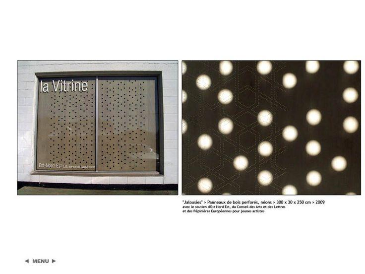 Jalousies, Emmanuelle Flandre, panneaux de bois perforés, 2009, H. 300 cm
