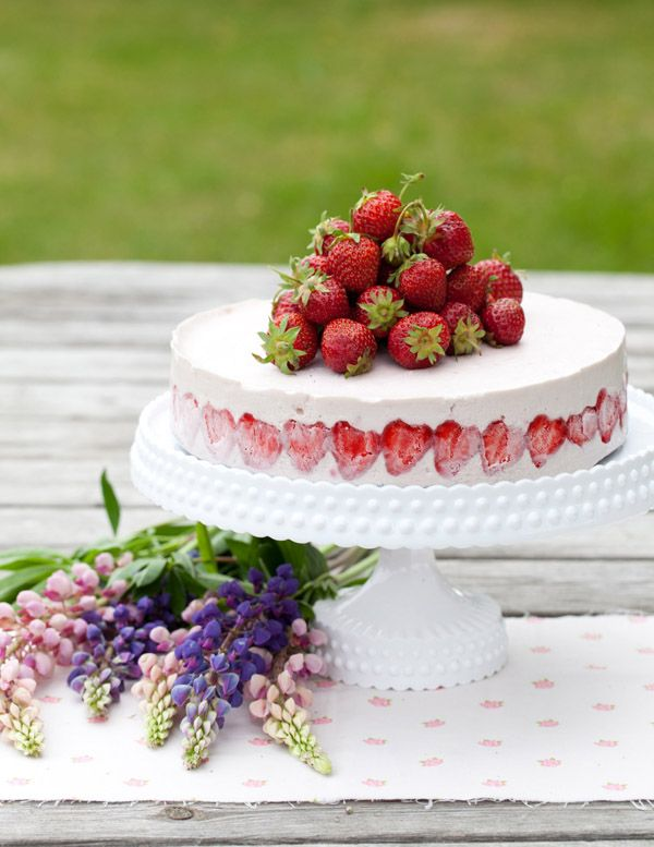 Chessecake med jordgubbar:    3 ägg  1 dl strösocker  1 knivsudd vaniljpulver  200 g Philadelphiaost  1 burk Kesella Vanilj  3 dl vispgrädde  300 g jordgubbar (färska eller frysta, tinade)    1 L jordgubbar till dekoration