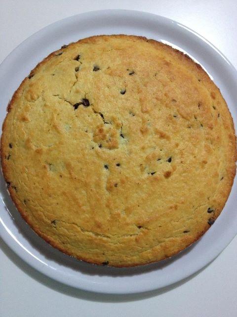 torta ricotta e cocco con scaglie di cioccolato di Memy:    ricetta torta cocco e ricotta: 3 uova, 150g di zucchero, 130g di farina di cocco, 200g di farina 00, 250g di ricotta, 1bustina di lievito per dolci, 1bustina di vanillina,mezzo bicchiere d'olio,cioccolato a scaglie fondente quanto ne vuoiiii.mescolare le 3 uova con lo zucchero,aggiungere la ricotta e poi l'olio,mescolare per bene,aggiungere la farina 00   settacciata e poi la farina di cocco,la bustina di vanillina e infine il…