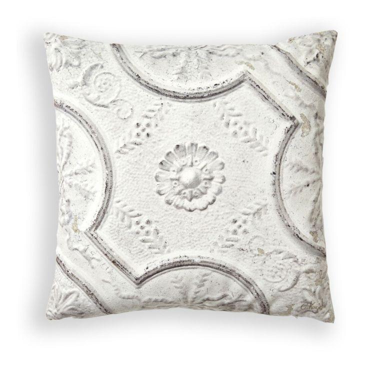 Iögonfallande kudde som skänker karaktär till både säng, soffa samt fåtölj. Tillverkad i Frankrike i härligt mjukt sammet. Innerkudde medföljer.