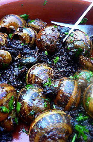 Tapa d'escargots et boudin noir. Tapa très populaire de l'Empordà avec 2 produits emblématiques de la cuisine catalane : les escargots et la butiffarra negra  . La recette par LaFrancesa.