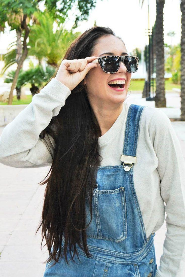 Jeans-Latzhosen für Damen sind wieder voll im Trend. Dazu braucht es nicht viel. Kombinieren Sie zur lässigen Latzhose ein einen locker sitzenden Pullover, sowie eine Sonnenbrille von Rodenstock. Foto von @mariatornerod auf Instagram.