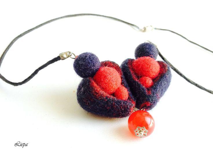 Collier deux cœurs, collier en laine feutrée, rouge, bleu, fait main, feutrine : Collier par liepa