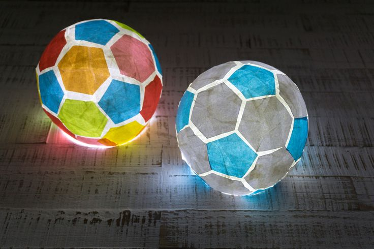 Mit Luftballon und Kleister können kleine und große Fußballfans dieses Lämpchen nachbasteln. – ann1209