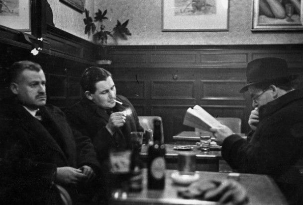 Flann O'Brien (on right) in the Palace Bar in Dublin (Photo: Hulton Archive/Getty)