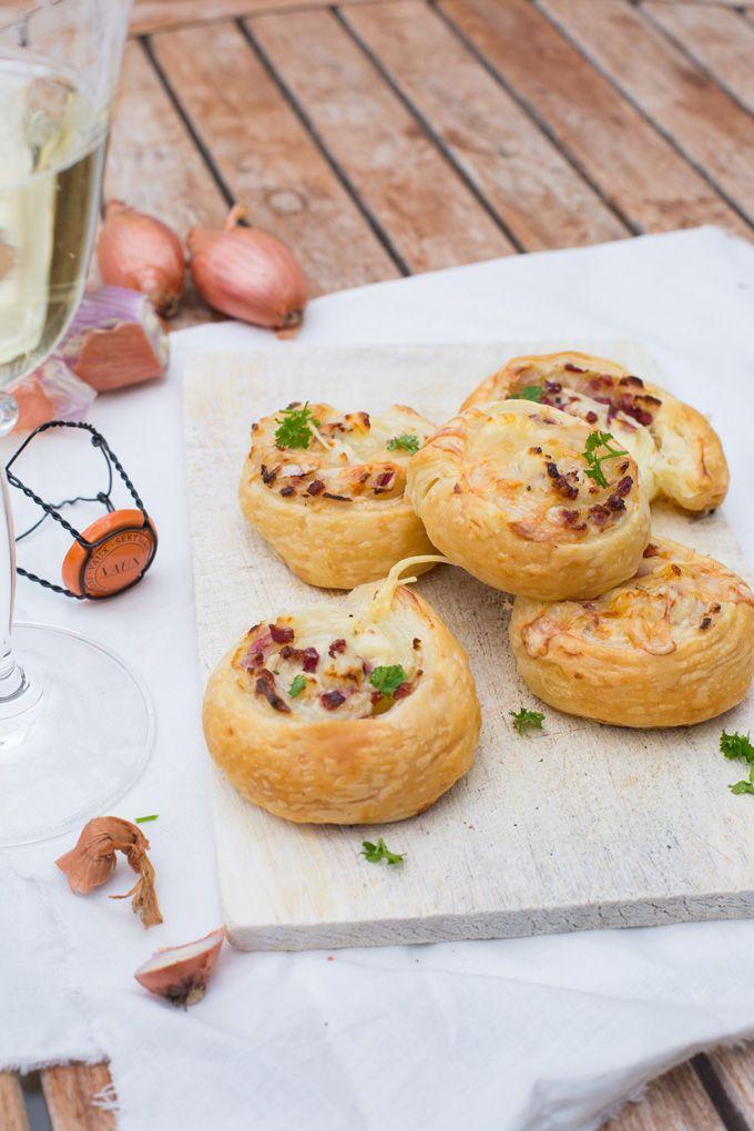 Diese Flammkuchen-Schnecken sind der perfekte Appetizer, wenn es schnell gehen muss. Herzhaft, würzig und unglaublich knusprig!