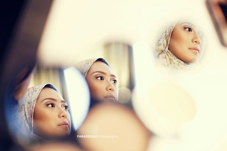 this photo take when the bride was make up,  such a good idea to make 3 reflections from the compact powder mirror. And I really like it :)