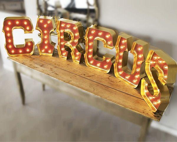Per chi non resiste al fascino del lettering e vuole vivere sotto le mille luci di New York con un tocco vintage, arrivano le Circus Letters. Ventinove lettere luminose per scegliere la propria iniziale e scrivere LOVE a tutte le ore della giornata ma soprattutto della notte.