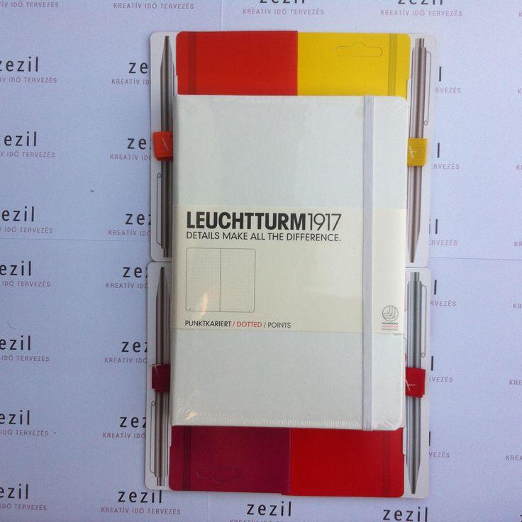 Fehér színű Leuchtturm1917 A5-ös méretű ponthálós jegyzetfüzet narancssárga, citromsárga, málna színű és piros tolltartó gumival.  Leuchtturm1917 | pen loop | zezil