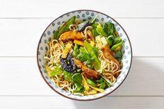 Kijk wat een lekker recept ik heb gevonden op Allerhande! Noedels met kip, Aziatische wokgroente en sesam-sojasaus