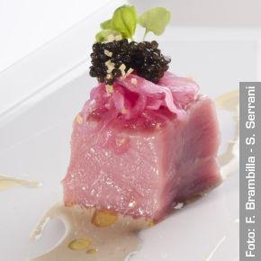 Cubo di carne di vitella di Boves, caviale, salsa all'ostrica, gremolada e cipolla rossa marinata