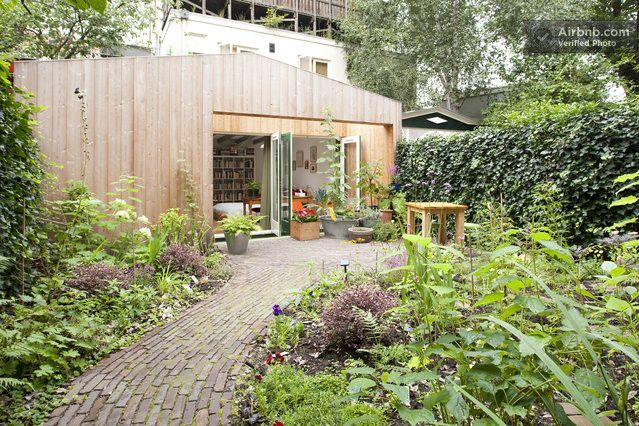 A beautifully-designed garden house with a Scandinavian (sorry, 'Dutch') feel, a few minutes from the city center. Ideal for architecture-sensitive types who love the occasional peace and quiet on the urban front-line. The Garden House is essentially a large, cosy