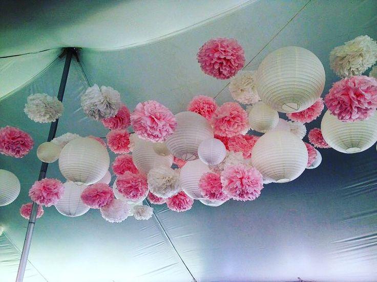 Witte lampionnen met roze papieren Pompoms  White paper lanterns with paper pompons #lampion #pompom #roze #eventplanner #paperlantern #wedding #babyshower #events #styling #decoration #pink #trouwen #huwelijk #party #design #weddinginspiration #weddingideas @lampionlampionnen.nl  Wedding inspiration Trouw ideeën Bruiloftsversiering  Bruilofts borden