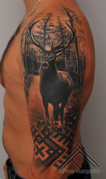 #1102 Divos vārdos - čalis mednieks, dzīvo Latvijā<br> Tetovējums fotogrāfēts sadzijis