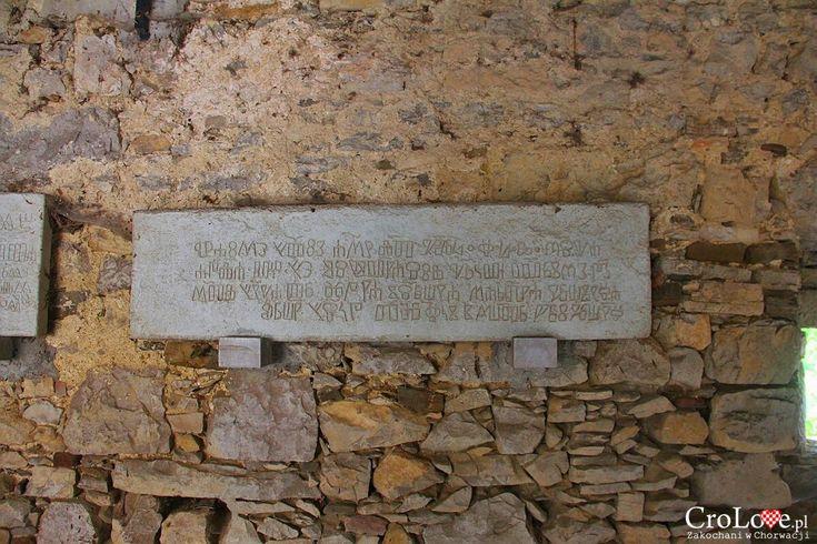 Kamienne tablice z głagolicą http://crolove.pl/hum-najmniejsze-miasto-swiata/  #hum #chorwacja #croatia #hrvatska