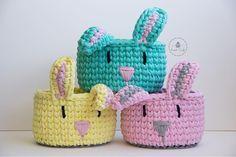 ~Coloridíneos~ . . . #ateliersweetcraft #sweetcraft #craft #crochet #fiodemalha #trapillo #tshirtyarn #crochecomfiodemalha #cesto #cestinho #cestomultiuso #cestoorganizador #cestodecoelho #coelho #bunny #pascoa #easter #feitoamão #hechoamano #handmade #feitocomamor #madewithlove