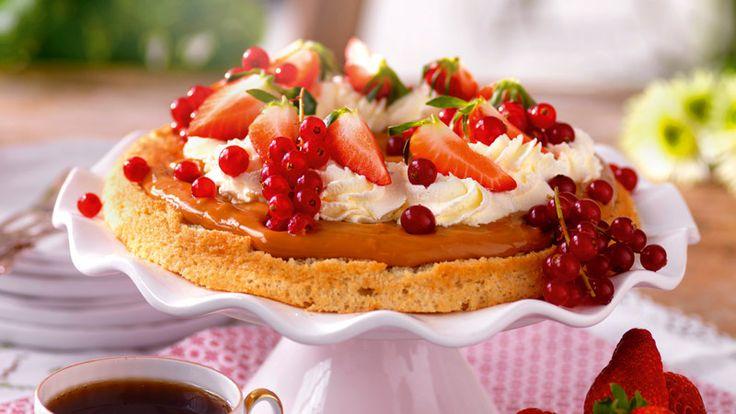 Läcker tårta på mandelbotten och toppad med en ljuvlig kolakräm och färska bär. Perfekt att den dessutom är glutenfri!
