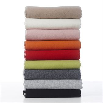 Soft wool ullpläd kommer från Klippans Yllefabrik och har en stilren design som passar många smaker. Den tidlösa designen gör att pläden går att ha på soffan i många år och ullen av högsta kvalitet håller dig varm. Finns i många vackra färger som är enkla att kombinera med andra filtar och kuddar från Klippans Yllefabrik.
