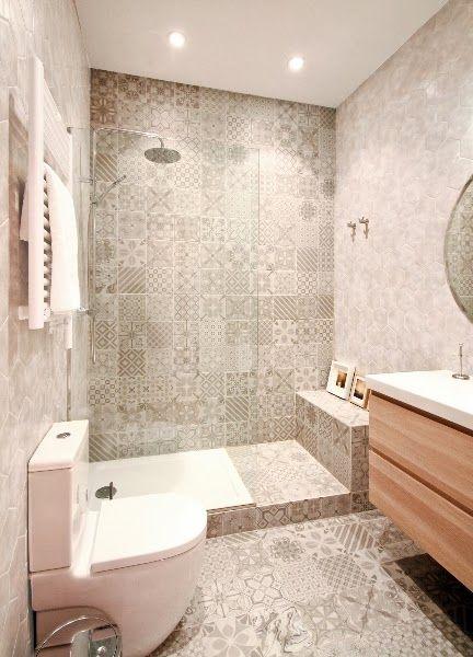Baño moderno revestido de baldosas geométricas.