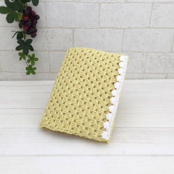 コットン糸で編みましたブックカバーです。ラメが入っていて可愛いです。文庫本サイズで、本にもお使い頂けますし、お薬手帳カバーとしてもちょうどよいサイズです。●カラー:黄色ラメ●サイズ:約15×24cm●素材:コットン100%●注意事項:レースを手芸用ボンドでつけています。しっかりついていますが、使用中にはがれてくる可能性がありますので、ご了承ください。●作家名:amiami♡358#ブックカバー #かぎ針編み #レース #パステル色 #文庫本 #おしゃれ #可愛い #大人かわいい #お薬手帳カバー ハンドメイド #handmade----------------------------------------------【定形外郵便の料金改定】2017/6/1日本郵便の料金改定により定形外郵便は全て規格外料金価格とさせて頂きます。【ギフトラッピング】簡単なギフトラッピングを無料で承っております。ご希望の方は備考欄に「ギフトラッピング希望」とご記入下さい。【発送】ご入金が確認出来ましたら、毎週火曜日と金曜日の夕方~夜の便で発送しております。【郵送】郵送方法はお客様...