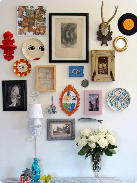 This makes me want to collect miss-matching photo frames and colourful wall hangings to achieve a similar look.: