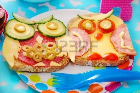 panini divertenti con gufo base di formaggi salumi e verdure per bambini Archivio Fotografico