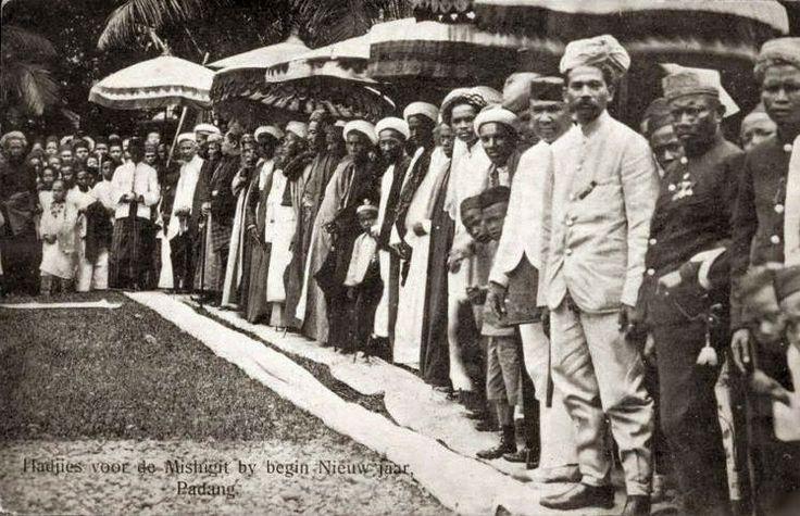 Padang+Hajj+Islam+New+Year+Sumatra+Indonesia+ca+1910.JPG (748×483)